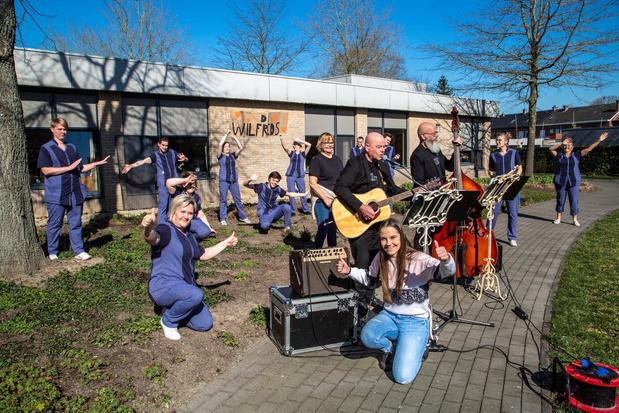 De Wilfrieds geven openluchtconcert voor wzc Rustenhove in Ledegem