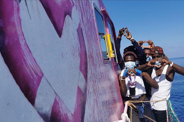 Italiaanse kustwacht haalt 49 migranten van reddingsschip Banksy