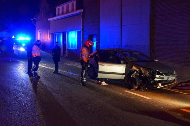 Dronken chauffeur ramt geparkeerde wagen in Dronckaertstraat in Lauwe