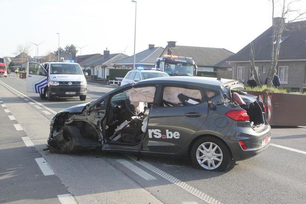 Wagen knalt tegen metalen plantenbak in Harelbeke, bestuurster gekneld