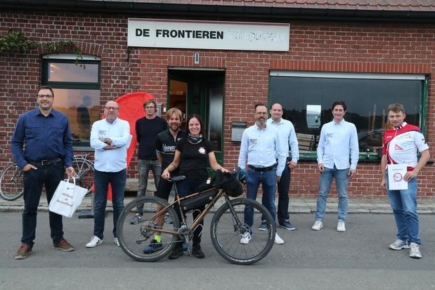 Heuvelland ontvangt Anneke Trols die langs Belgische grens fietst