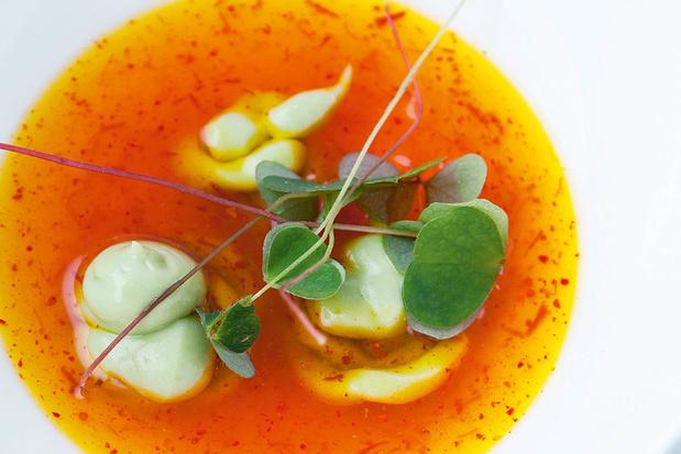 Koude saffraanessence met avocadoroom en wilde zuring