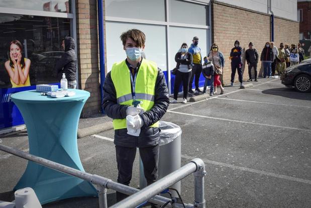 Ook lang aanschuiven aan Actionwinkel in Menen