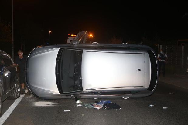 Bestuurster gekneld na botsing tegen geparkeerde wagen