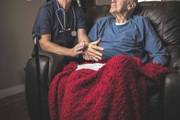 Burgerforum overhandigt aanbevelingen palliatieve zorg aan minister Beke