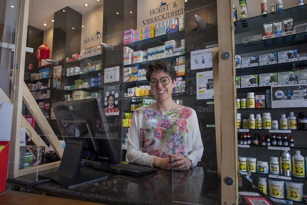 Poperingse apotheek volledig afgeschermd door plexiglas