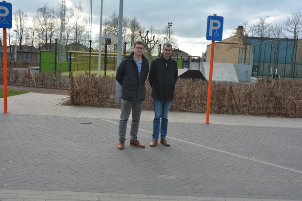 Eindelijk oplossing voor parkeerprobleem aan sporthal Oostrozebeke