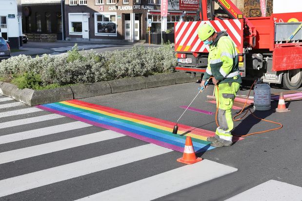 Regenboogkleuren aan station Torhout promoten verdraagzaamheid