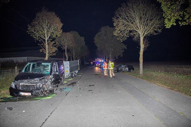 Twee wagens botsen frontaal, een bestuurder zwaargewond