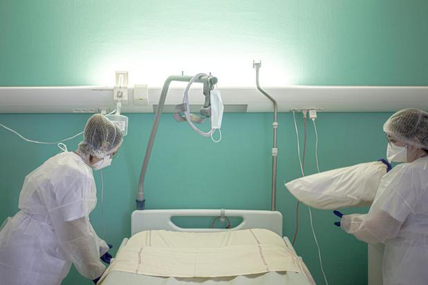 Hospitalisations et nouveaux cas de contamination en hausse. Seule 4,8% de la population a reçu sa première dose