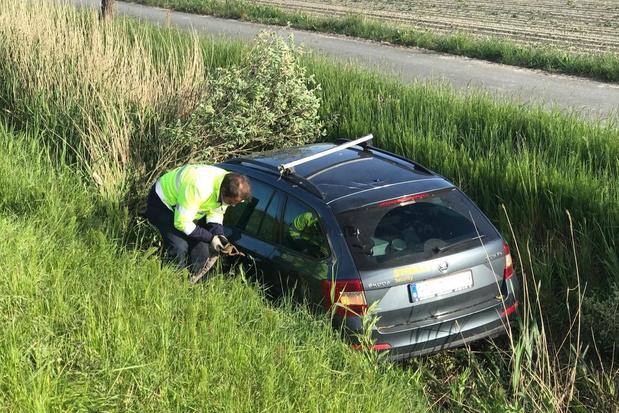 Wagen belandt in Veurne in gracht naast E40 nadat hij in Westkerke al een ongeval veroorzaakte