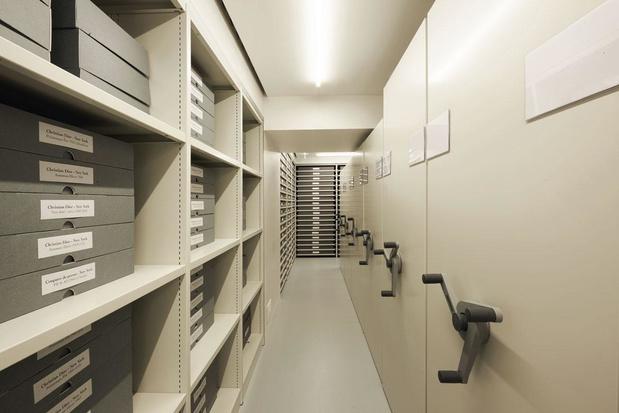 Dans les archives de Dior, entre cabinet de curiosités minimaliste et institut scientifique