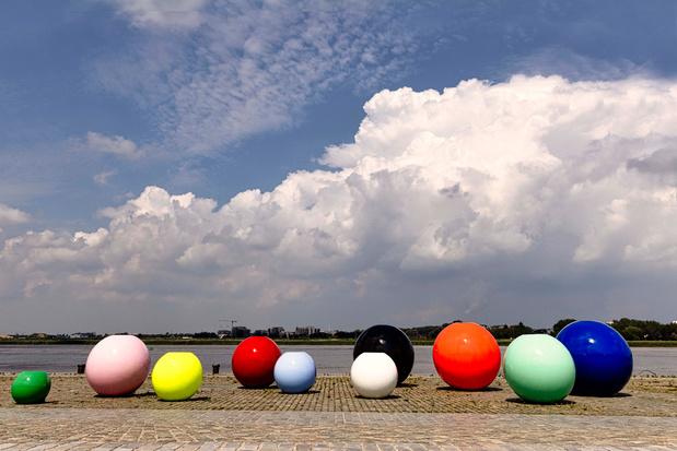 Spot de kleurrijke Fashion Balls in Antwerpen ter ere van de heropening van het MoMu