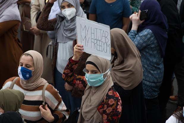 Duizendtal mensen betogen tegen hoofddoekenverbod in hoger onderwijs