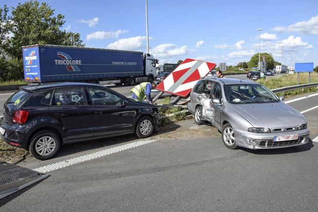 Twee personen lichtgewond en jetski op E17 na aanrijding in Kortrijk