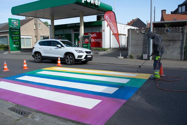 Zebrapad in de regenboogkleuren in Moorsele tegen onbegrip ...