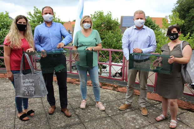 Oudenburg schenkt Silke en Hermine vangkooi voor zwerfkatjes