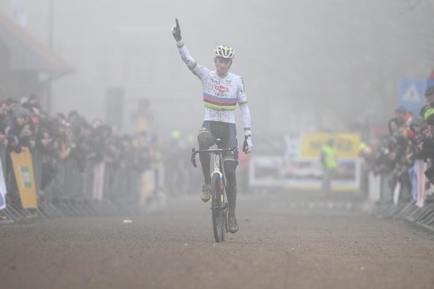 Mathieu van der Poel boekt 22ste seizoenszege in Zonnebeke, van Aert is tweede