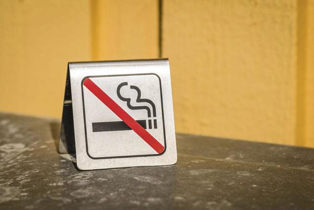 Main dans la main vers la dernière cigarette
