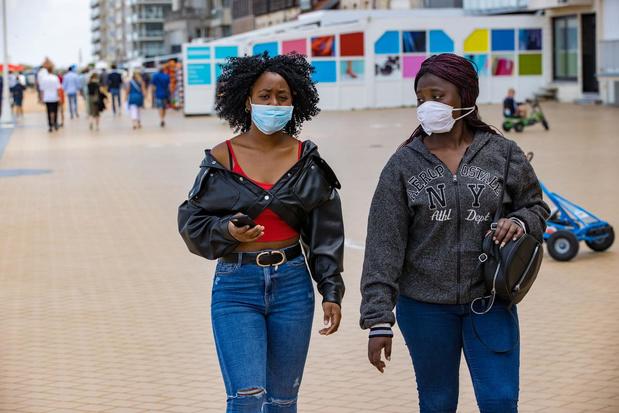 Westkustgemeenten behouden mondmaskerplicht op zeedijk