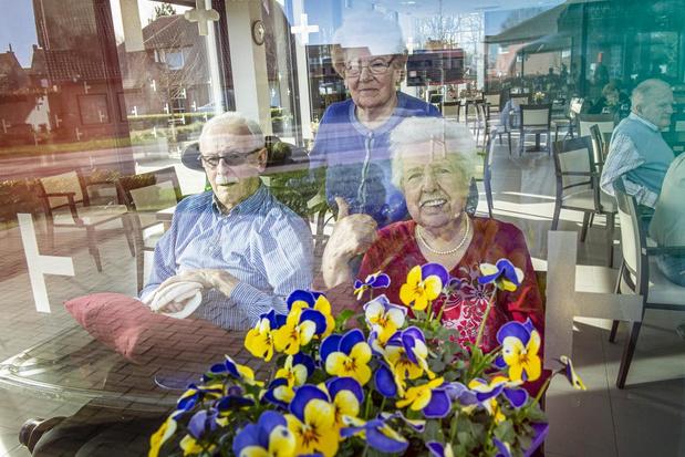 Kwekers geven bloemen aan bewoners woonzorgcentrum in Oostnieuwkerke