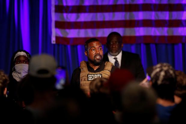 Theatrale Kanye West in tranen bij eerste campagnebijeenkomst als presidentskandidaat (video)