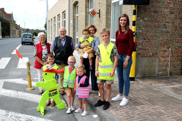 Gezinsbond Pervijze zet in op veiligheid voor schoolkinderen met fluorescerende mannetjes