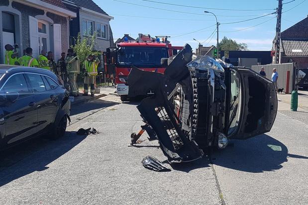 Brandweer moet bestuurster uit gekantelde wagen bevrijden na stevige botsing