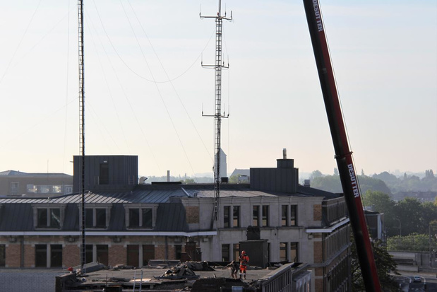 Antennes en mast van voormalig politiegebouw zijn afgebroken