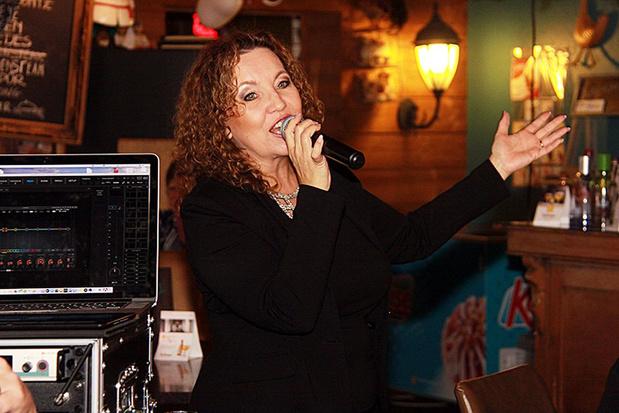 Corina zingt 'We blijven beter binnen'