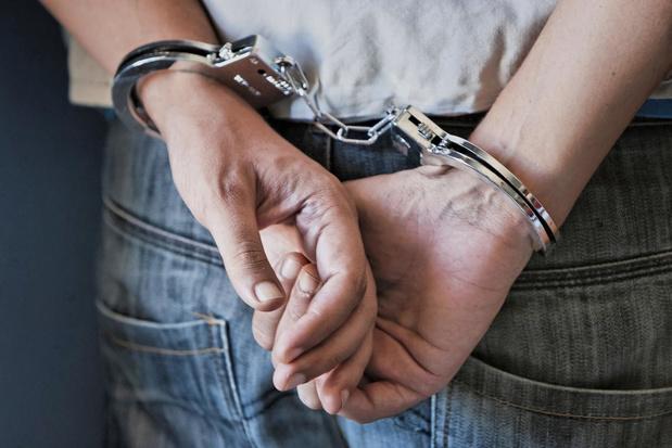 Man uit Nieuwpoort slaat eerst moeder en dan politie: zes maanden cel