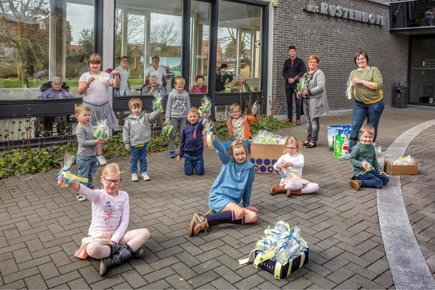 Kinderopvangcentra knutselen voor rusthuisbewoners van wzc Rustenhove