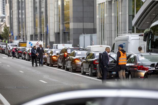 Stoet van Uber-voertuigen komt aan bij minister-president Vervoort
