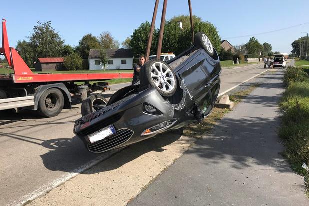 Wagen gaat over de kop na botsing tegen betonblok