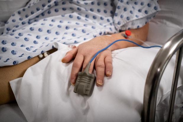 A peine plus de 400 patients sont encore traités en soins intensifs, 13 morts quotidiennes