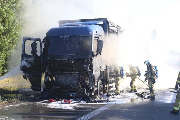 Vrachtwagen geladen met stro vat vuur en brandt volledig uit op E17