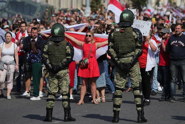 'Vertrek!': tienduizenden betogers door straten van Minsk