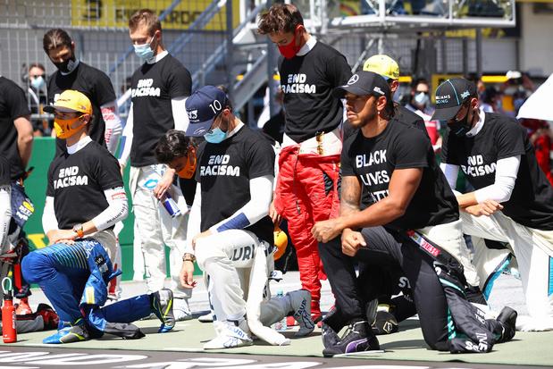 Lewis Hamilton en 14 andere piloten knielen tegen racisme voor GP van Oostenrijk