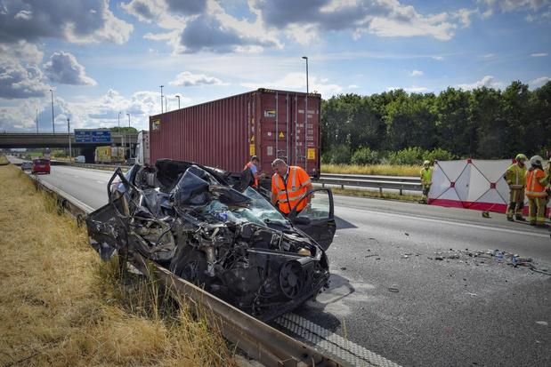 Man raakt zwaargewond na spectaculair ongeval op E17 in Aalbeke