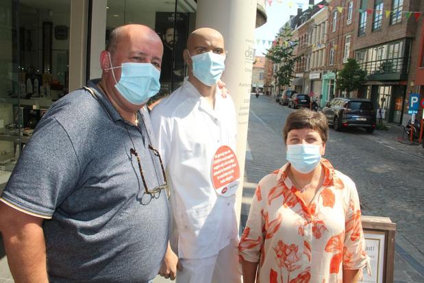 Vrouw draagt geen mondmasker in winkelstraat en steelt dan maar van paspop