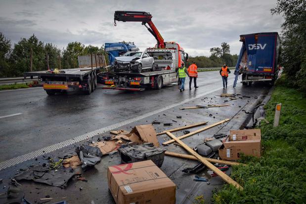 Enorme ravage na botsing vrachtwagens op E403 richting Kortrijk