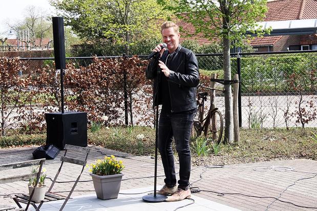 Michael Lanzo zingt in openlucht voor ouderen van De Plataan in zijn geboortestad Izegem