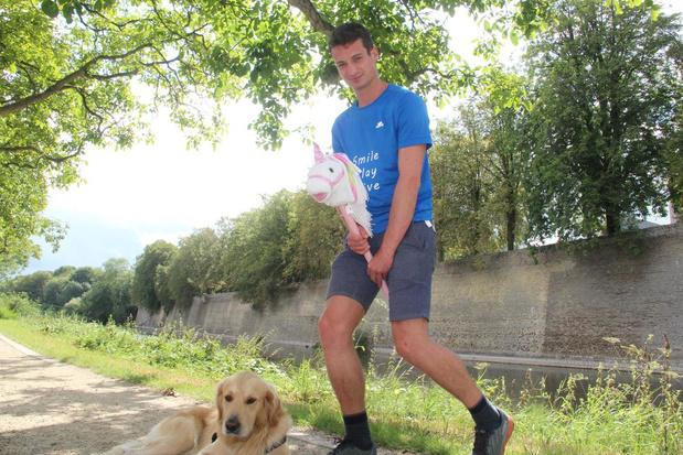 Glenn galoppeert op zijn eenhoorn Géraldine de Pyreneeën over voor goed doel