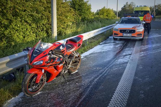 Motorrijder komt hard ten val op het ei van Kortrijk