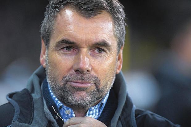 Zowel STVV als trainer Bernd Hollerbach ontkent dat hij de club verlaat