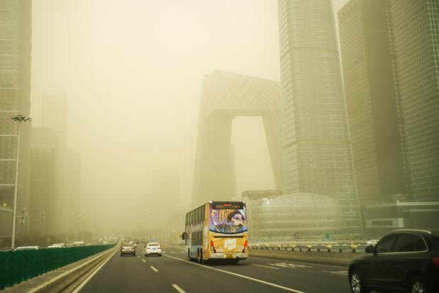 Video: zwaarste zandstorm in tien jaar hult Peking in bruingele wolk