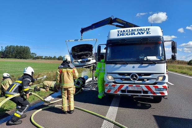 Drie kwartier aanschuiven door brandend voertuig op E40