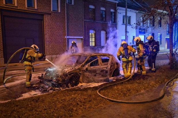 Mercedes vliegt in brand in Menen, buurt vermoedt kwaad opzet