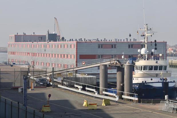 Hotelschip Kalmar loopt Oostendse haven binnen
