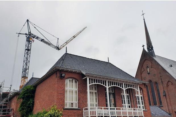 Torenspits Torhoutse schoolkapel door hijskraan geraakt